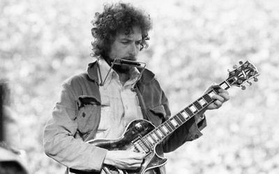 Bob Dylan au stade Kezar à San Francisco, le 23 mars 1975. (Crédit : Alvan Meyerowitz/Michael Ochs Archives/Getty Images via JTA)