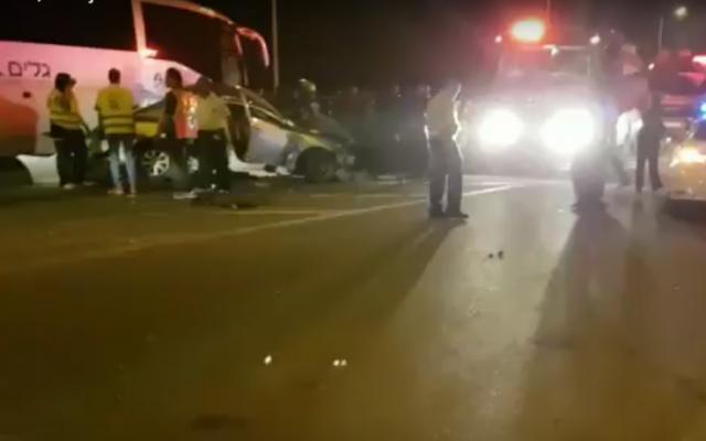 La scène d'un accident mortel entre un bus et deux voitures sur la route 31, dans le sud d'Israël, près du village bédouin de Hura, le 30 octobre 2016. (Crédit : capture d'écran YouTube)