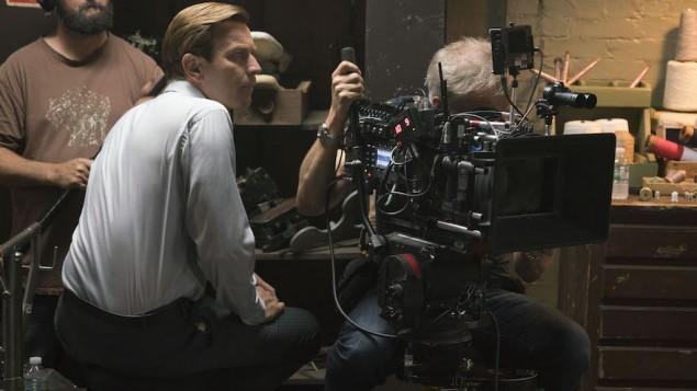 Le réalisateur Ewan McGregor sur le plateau d' 'American Pastoral'. (Crédit : Richard Foreman/JTA)