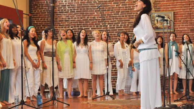 Maggie Wheeler dirige la chorale, en 2013. (Crédit: autorisation de Wheeler/JTA)