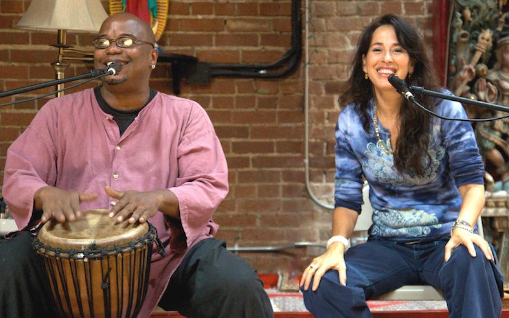 Maggie Wheeler, à droite, et Emile Hassan Dyer sont les cofondateurs de la chorale de la communauté du Golden Bridge, à Los Angeles. (Crédit : autorisation de Wheeler/JTA)