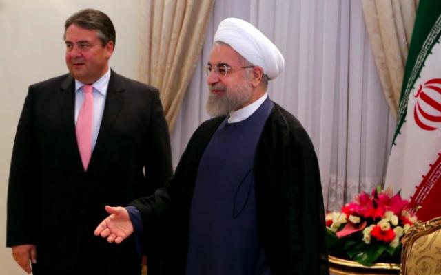 Le président iranien Hassan Rouhani à côté du ministre de l'Énergie et de l'Economie allemand, Sigmar Gabriel (à gauche)  le 20 juillet, 2015 (Crédit : AFP PHOTO / ATTA KENARE)