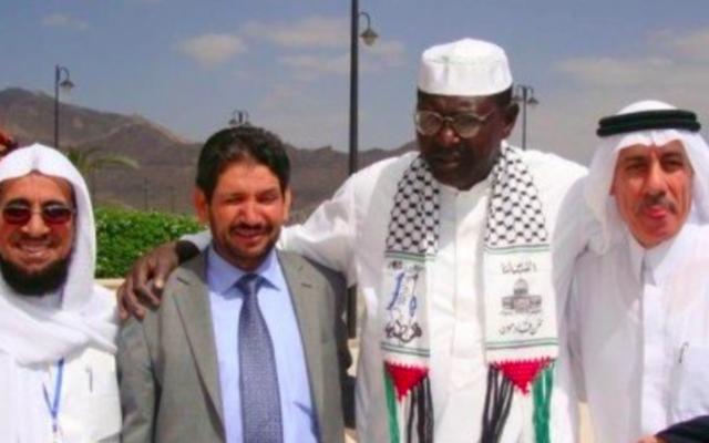 Malik Obama, le demi-frère du président américain Barack Obama, avec un keffieh pro-Hamas, au Yémen, en 2010. (Crédit : Twitter/NTarnopolsky)