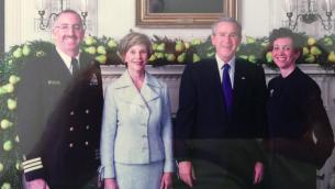 Irving Elson et sa femme Fran posent avec le président George Bush et la Première Dame Laura Bush. (Crédit : autorisation)