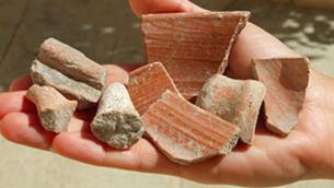 Des fragments de poterie trouvés au mont du Temple, datant de la période du Premier Temple (Crédit : IAA)