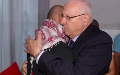 Reuven Rivlin prend dans ses bras le père de Nimer Bassem Abu Amar, mort à la frontière égyptienne, le 27 octbre 2016(Crédit : Facebook)