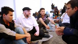 Le grand rabbin Ephraim Mirvis en viste à Idomeni, un camp de réfugiés en Grèce ( qui a été fermé par les autorités) sur la frontière nord avec la République de Macédoine. Cette visite s'est faite sous les auspices du World Jewish Relief (Crédits : Minos Alchanati/ World Jewish Relief)