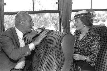 Le Premier ministre Shimon Peres et son homologue britannique Margaret Thatcher dans un bus dans le Néguev, pendant une visite d'Etat officielle en Israël en 1986. (Crédit : Herman Chanania/GPO)