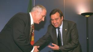 Le Premier ministre Benjamin Netanyahu rencontre Antonio Guterres, alors Premier ministre du Portugal, à Lisbonne en 1996. (Crédits : Yaacov Sa'ar / GPO)