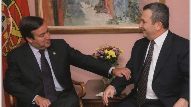 Le Premier ministre de l'époque, Ehud Barak (à d.), avec Antonio Guterres, alors Premier ministre du Portugal, à New York en 2000 (Crédits : Avi Ohayon / GPO)