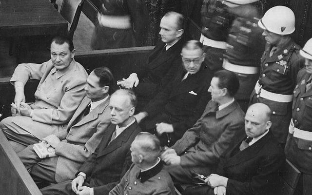 Le procès de Nuremberg dans l'Allemagne d'après guerre, pendant lesquels certains des plus grands criminels de guerre du Troisième Reich ont été jugés et condamnés par les Alliés. Sur le banc des accusés se trouve Hermann Goering (devant à gauche), dirigeant de l'armée de l'air allemande et personnage important du Reich. (Crédit : WikiCommons)