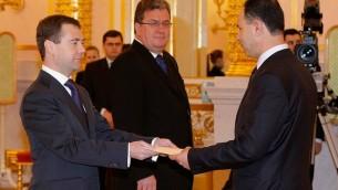 Le diplomate palestinien Faed Mustafa présente ses lettres de créance à Dimitri Medvedev, alors président russe, à Moscou, le 16 décembre 2009. (Crédit : Bureau de la présidence russe/CC BY 4.0/Wikimedia Commons)