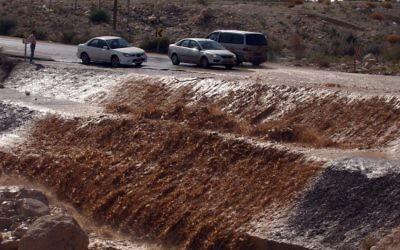 Dans la région de la mer Morte, des eaux boueuses ont inondé une route proche du kibboutz Ein Gedi, le 4 février 2007. Illustration. (Crédit : Yossi Zamir/Flash90)