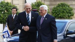 Ehud Olmert, alors Premier ministre (à gauche), et le président de l'Autorité palestinienne Mahmoud Abbas à Paris en 2008. (Crédit : Thaer Ganaim/Flash90)