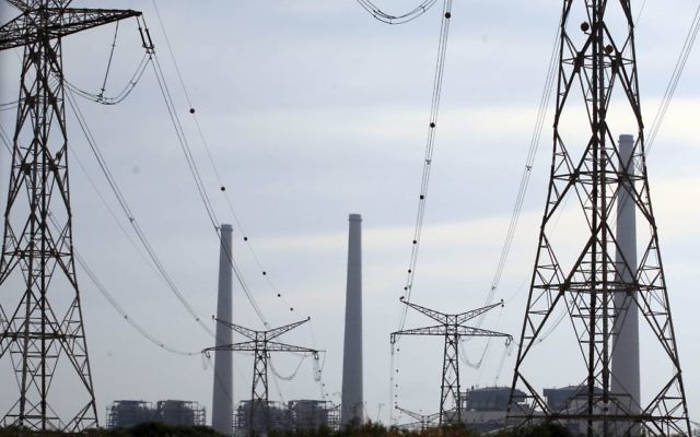 Une centrale électrique d'Israël Electric Corporation située sur la côte méditerranéenne à Hadera, Israël (Crédit : Yossi Zamir / Flash90)