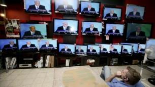 Télévisions diffusant un discours du Premier ministre Benjamin Netanyahu, dans un magasin de Jérusalem, le 14 juin 2009. (Crédit : Abir Sultan/Flash90)