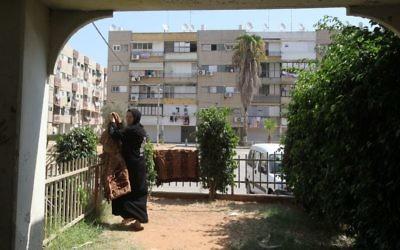 Une femme suspend son linge à Lod, le 22 septembre 2011. (Crédit : Yossi Zamir/Flash90)