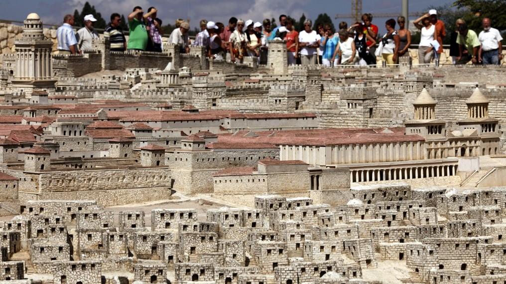 Les touristes observant une maquette du Second Temple exposée au Musée d'Israël à Jérusalem (Crédit : Miriam Alster / Flash90)