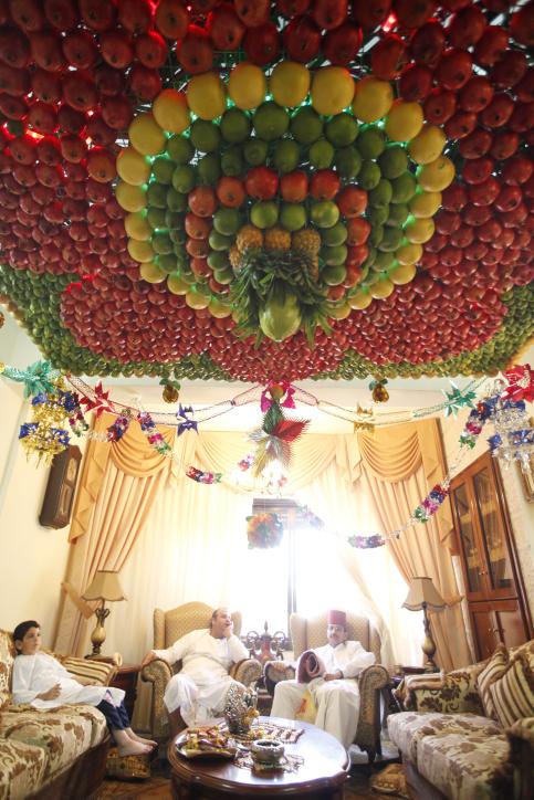 Des Samaritains sont assis dans leur salon avec un 'soucca 'fait maison fabriqué à partir de fruits frais pour la fête de Souccot, sur le mont Garizim près de la ville de Naplouse en Cisjordanie le 11 octobre 2011 (Crédit : Miriam Alster / FLASH90)
