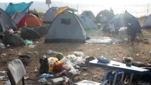 Ordures sur un campement des rives du lac de Tibériade en 2010. (Crédit : Alana Perino/Flash90)