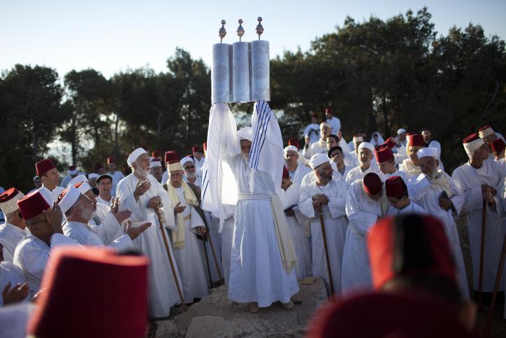 lE peuple samaritain priant lors de la fête de la Pâque au mont Garizim en périphérie de la ville de Naplouse, le 11 mai 2012 (Crédit : Yonatan Sindel / Flash90)