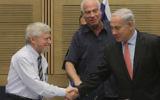 Yossef Shapira, le contrôleur de l'Etat (à gauche), et le Premier ministre Benjamin Netanyahu, en décembre 2012. (Crédit : Miriam Alster/Flash90)