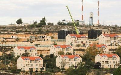 L'implantation de Beit El, au nord de Ramallah, en Cisjordanie, en 2012. (Crédit : Oren Nahshon/Flash90)