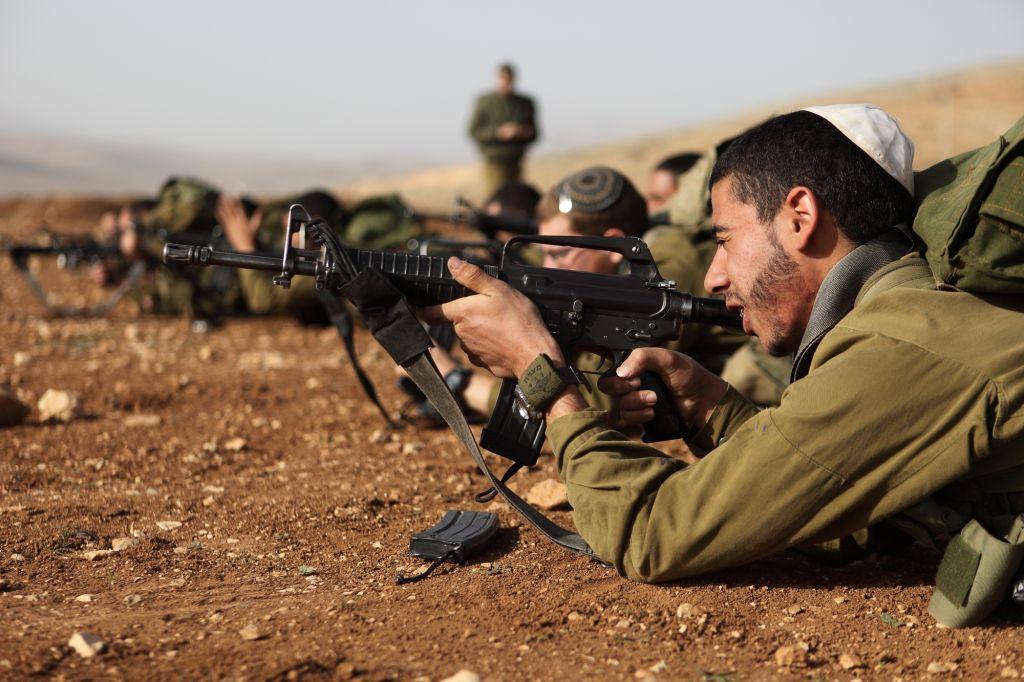 """Les soldats israéliens de l'unité """"Nahal Haredi"""" de Tsahal lors d'un exercice de tir à la base militaire de Peles dans la vallée nord du Jourdain en août 2013 (Crédit : Yaakov Naumi / Flash90)"""