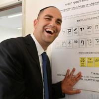 Yair Revivo, le maire de Lod, vote dans sa ville mixte judéo-arabe pendant les élections municipales de 2013. (Crédit : Yossi Zeliger/Flash90)
