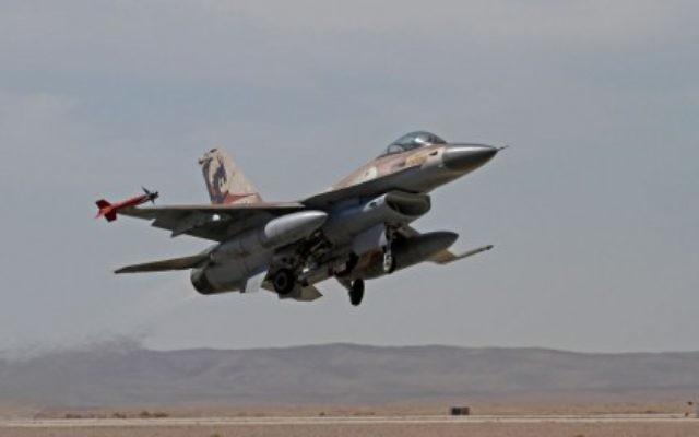 Un F-16 israélien à l'entrainement, le 25 novembre 2013. (Crédit : Ofer Zidon/Flash90)