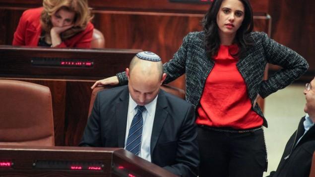 Le chef du parti Foyer juif Naftali Bennett et la députée Ayelet Shaked, à droite, assistent à une session plénière de la Knesset, le 12 mars 2014. (Crédits : Flash90)