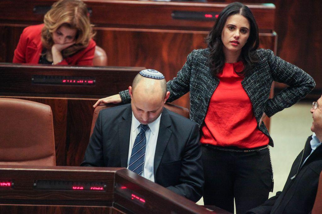 Naftali Bennett, président de HaBayit HaYehudi, et sa députée Ayelet Shaked, à droite, assistent à une session plénière de la Knesset, le 12 mars 2014. (Crédit : Flash90)