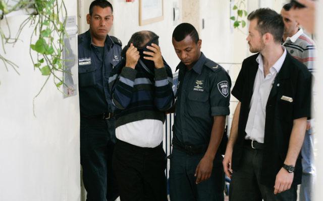 Ilan Shmuel, 52 ans, ancien chauffeur du Premier ministre Benjamin Netanyahu, à son arrivée devant la cour des magistrats de Jérusalem, où il est accusé d'agressions sexuelles, le 24 avril 2014. (Crédit : Flash90)