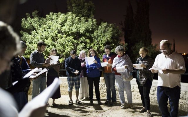 Des Israéliens priant sur la promenade la Hanatziv Armon à Jérusalem, le 20 septembre 2014, avant Yom Kippour (Crédit : Noam Revkin Fenton / Flash90)