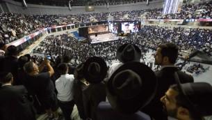 Des milliers de personnes se sont rassemblées pour commémorer le souvenir du dirigeant spirituel du parti ultra-orthodoxe Shas, le rabbin Ovadia Yosef, au stade Arena de Jérusalem, le 28 septembre 2014. (Crédit : Noam Revkin Fenton/Flash90)
