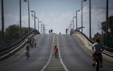 Des Israéliens font du vélo dans les rues vides pendant Yom Kippour. (Crédit : Hadas Parush/Flash90)