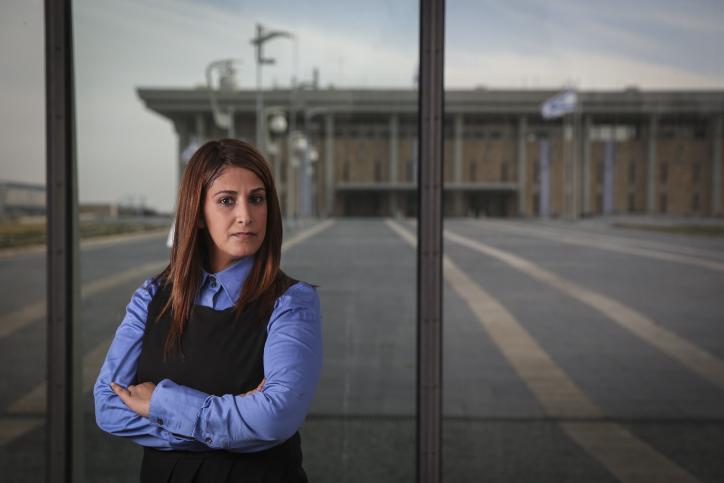Ruth Colian, la dirigeante du parti politique des femmes ultra-orthodoxes, UBizchutan : Haredi Women Making Change devant les bâtiments de la Knesset à Jérusalem, le 25 janvier 2015 (Crédit : Hadas Parush / Flash90)