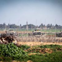 Les forces israéliennes devant la barrière de sécurité de la frontière entre Israël et le sud de la bande de Gaza. Illustration. (Crédit : Abed Rahim Khatib/Flash90)