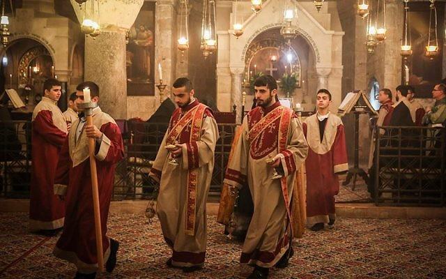 Des prêtres de l'Eglise arménienne assistent aux prières du dimanche des Rameaux dans l'église du Saint-Sépulcre, dans la Vieille Ville de Jérusalem, le 5 avril 2015. (Crédit : Hadas Parush/Flash90)