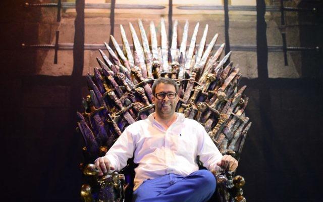 """Oren Hazan, député du Likud, est assis sur une réplique du trône de fer de la série """"Game of Throne"""" à Tel Aviv, le 5 avril 2015. (Crédit : Tomer Neuberg/Flash90)"""