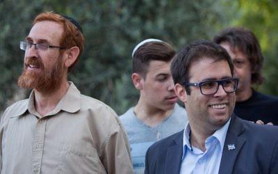 Les députés du Likud Yehuda Glick, à gauche, et Oren Hazan pendant une manifestation devant le mont du Temple, dans la Vieille Ville de Jérusalem, le 14 juillet 2015. (Crédit : Yonatan Sindel/Flash90)