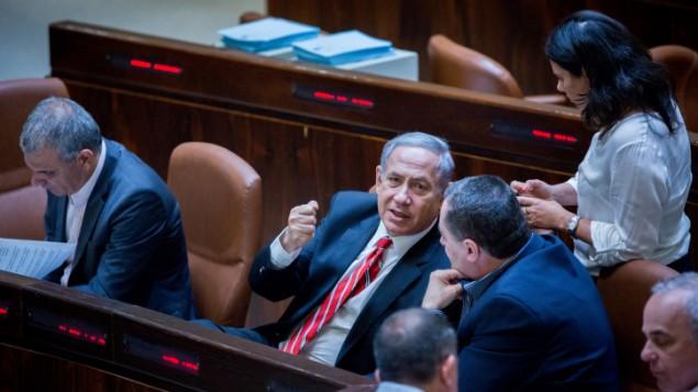 Le Premier ministre Benjamin Netanyahu parle avec la ministre de la Justice Ayelet Shaked et le ministre des Transports Yisrael Katz à la Knesset, le 2 septembre 2015. (Crédits : Yonatan Sindel / Flash 90)