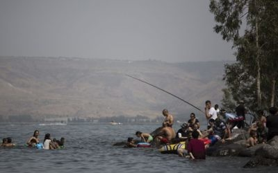 Les Israéliens sur les plages du lac de Tibériade dans le nord d'Israël, pendant Pessah, le 26 avril 2016. (Crédit : Hadas Parush/Flash90)
