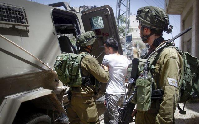 Illustration : Les forces de sécurité israéliennes arrêtent un Palestinien car il aurait jeté un cocktail Molotov dans la ville de Hébron en Cisjordanie, le 1er juin 2016 (Crédit : Waseem Haslamoun / Flash90)