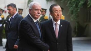 Le ministre des Affaires étrangères de l'Autorité palestinienne, Riyad al-Malki (à gauche) et le secrétaire général des Nations unies, Ban Ki-moon, à la Muqataa, le siège de l'Autorité palestinienne à Ramallah, le 28 juin 2016. (Crédit : Flash90)