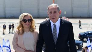 Le Premier ministre Benjamin Netanyahu et son épouse Sara avant d'embarquer pour un vol vers New York pour une visite officielle d'État aux États-Unis, le 20 septembre 2016 (Crédit : Kobi Gideon / GPO)