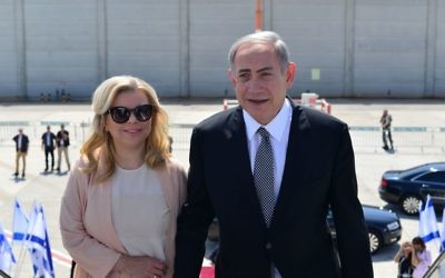 Le Premier ministre Benjamin Netanyahu et son épouse Sara avant d'embarquer pour un vol vers New York pour une visite officielle d'État aux États-Unis, le 20 septembre 2016 (Crédit : Kobi Gideon/GPO)