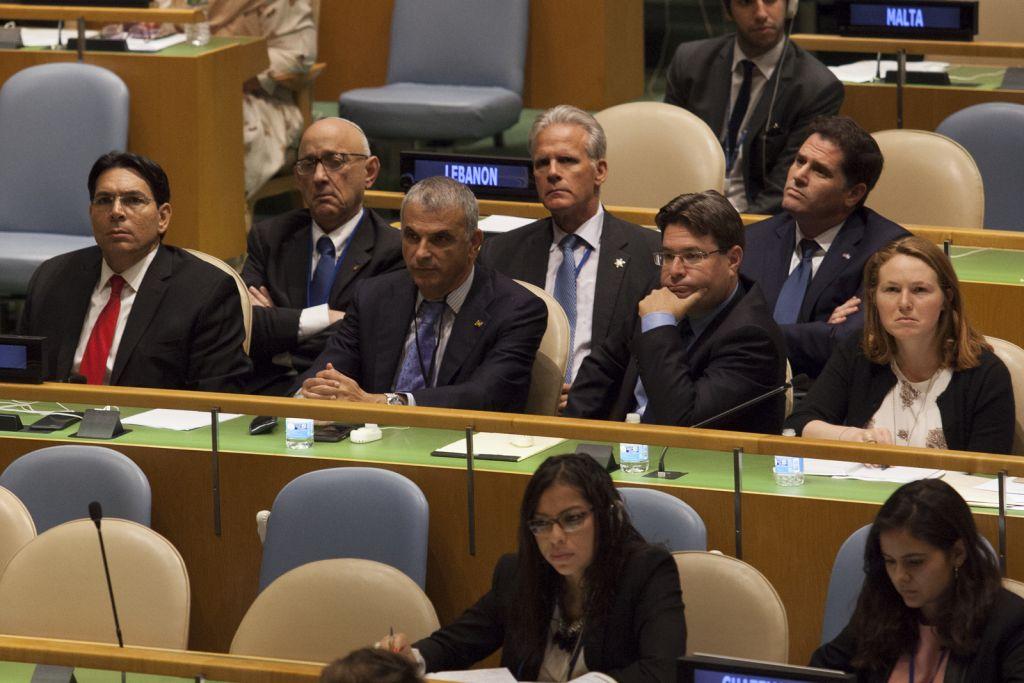 Danny Danon, à gauche et à d'autres membres de la délégation israélienne écoutant Netanyahu s'adressant à l'Assemblée générale de l'ONU à New York, le 22 septembre 2016 (Crédit : Amir Levy / Flash90)