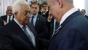 Le Premier ministre Benjamin Netanyahu et le président de l'Autorité palestinienne Mahmoud Abbas pendant les funérailles d'état du défunt 9e président Shimon Peres, au cimetière du mont Herzl, à Jérusalem, le 30 septembre 2016. (Crédit : Amos Ben Gershom/GPO)