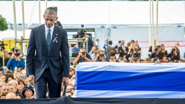 Le président américain Barack Obama pendant les funérailles d'État de l'ancien président israélien Shimon Peres au mont Herzl, à Jérusalem, le 30 septembre 2016 (Crédit : Emil Salman / POOL)